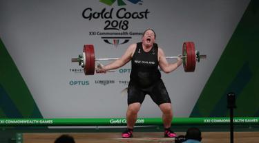 Laurel Hubbard saat gagal mengangkat besi dalam perebutan final angkat besi wanita + 90kg pada Commonwealth Games 2018 di Gold Coast, Australia, (9/4). Hubbard merupakan atlet angkat besi transgender asal Selandia Baru. (AP Photo/Manish Swarup)