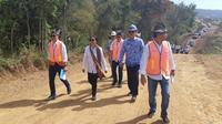 Menteri BUMN Rini Soemarno meninjau lokasi pabrik kereta api.
