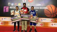 Dua pemain Tim Basket Emtek, Rizky Aditia Saputra (kiri) dan Lutfi Zulkarnain (kanan) memenangkan Three Points Contest di Ibbamnas 2019. (Istimewa)