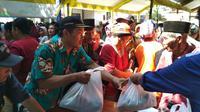 Pasar murah PT KAI di Kecamatan Sliyeg Kabupaten Indramayu Jawa Barat. Foto (Liputan6.com / Panji Prayitno)