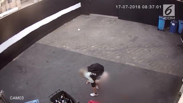 Sebuah kejadian mengejutkan di belakang sebuah toko di Australia terekam kamera pengawas CCTV. Dalam video itu terekam seorang wanita buang air besar di sembarang tempat.