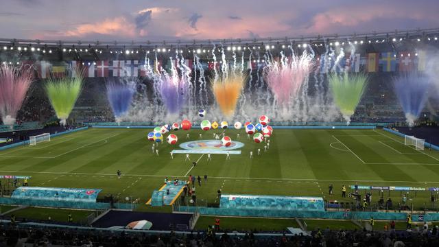 Suasana Opening Ceremony dari tribun penonton yang memperlihatkan kembang api warna-warni yang menghiasi stadion kebanggan AS Roma dan juga Lazio. (Foto: AP/Pool/Andrew Medichini)