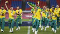Pemain Brasil melakukan selebrasi usai mengalahkan Spanyol pada pertandingan final sepak bola putra Olimpiade Tokyo 2020 di Yokohama, Jepang, Minggu (8/8/2021). Brasil menang 2-1. (AP Photo/Andre Penner)