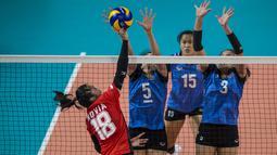 Pemain Voli Indonesia, Novia, saat melawan Thailand pada laga Asian Games 2018 di Volley Indoor, GBK, Jakarta, Senin (27/8/2018). Indonesia kalah 1-3 dari Thailand. (Bola.com/Vitalis Yogi Trisna)