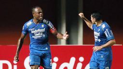 Selebrasi pemain Persib Bandung, Victor Igbonefo (kiri) usai mencetak gol pertama timnya ke gawang PS Sleman dalam laga leg pertama semifinal Piala Menpora 2021 di Stadion Maguwoharjo, Sleman, Jumat (16/4/2021). Persib menang 2-1 atas PS Sleman. (Bola.com/Ikhwan Yanuar)