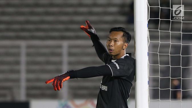 Penjaga gawang Bhayangkara FC, Awan Setho Rahardjo saat laga melawan Madura United FC pada lanjutan Shopee Liga 1 Indonesia 2019 di Stadion Madya Gelora Bung Karno, Jakarta, Senin (5/8/2019). Laga kedua tim berakhir imbang 1-1. (Liputan6.com/Helmi Fithriansyah)