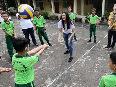 Anak-anak berkebutuhan khusus bermain bola voli dengan atlet nasional, Pungky Afreicia di Yayasan Santi Rama, Jakarta, Rabu (18/4). Kegiatan ini sebagai bentuk edukasi cara hidup sehat. (Liputan6.com/Fery Pradolo)
