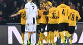 Pemain Young Boys merayakan gol pertama yang dicetak Guilaume Hoarau lewat eksekusi penalti pada laga lanjutan Liga Champions yang berlangsung di stadion Stade de Suisse, Swiss, Kamis (13/12). Young Boys menang 2-1 atas Juventus. (AFP/Fabrice Coffrini)