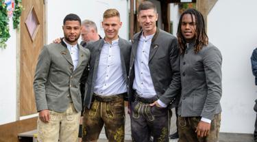 (Dari kiri) Pemain Bayern Munchen Serge Gnabry bersama rekan setimnya Joshua Kimmich, Robert Lewandowski, dan Renato Sanches menikmati akhir dengan mengunjungi festival bir tahunan Oktoberfest di Munich, Jerman, Minggu (7/10). (Matthias Balk/dpa via AP)