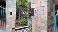 Viral ratusan iPhone 6 jadi dekorasi ubin pagar rumah. (Sumber: odditycentral)