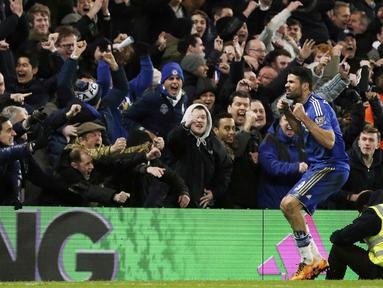 Pemain Chelsea, Diego Costa merayakan golnya bersama Suporter saat melawan Manchester United pada lanjutan Liga Premier Inggris di Stadion Stamford Bridge, London, Senin (8/2/2016) dini hari WIB.  (AFP/Adrian Dennis)