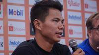 Bek Persib Bandung Achmad Jufriyanto mengingatkan rekan setimnya untuk fokus mendapatkan tiga poin saat menghadapi Madura United. (Liputan6.com/Huyogo Simbolon)