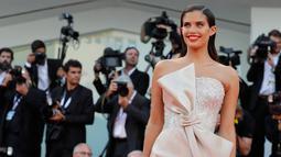 Model Sara Sampaio berpose di karpet merah saat menghadiri pemutaran perdana film 'First Man' selama Festival Film Venice ke-75 di Venesia, Italia, (29/8). Sara tampil cantik dengan gaun berwarna krem. (AP Photo/Kirsty Wigglesworth)