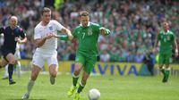 Gelandang Timnas Irlandia, Aiden McGeady (nomor 7) berjibaku dengan pemain Inggris, Jordan Henderson, pada laga persahabatan internasional, di Dublin (7/6/2015). Irlandia akan menghadapi dua laga uji coba akhir bulan ini, yakni kontra Swiss dan Slovakia.