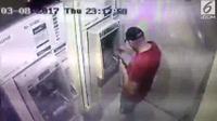 CCTV merekam aksi anggota sindikat kejahatan siber internasional memasang alat skimming di sebuah ATM di Surabaya, Jawa Timur