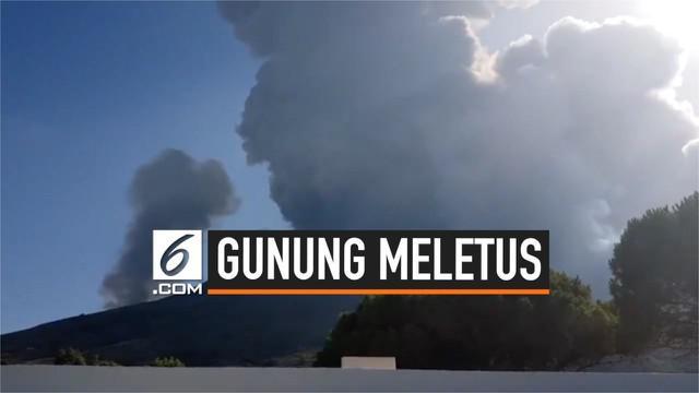 Sebuah gunung di Pulau Stromboli, Italia meletus. Gunung itu dikenal sebagai gunung berapi yang paling dan terus mengalami erupsi.