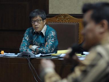 Mantan Dirut PT Quadra Solutions, Anang S Sudihardjo (kiri) pada sidang lanjutan dugaan korupsi pengadaan E-KTP di Pengadlian Tipikor, Jakarta, Kamis (12/4). Sidang mendengar keterangan saksi, salah satunya Andi Narogong. (Liputan6.com/Helmi Fithriansyah)