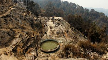 Sebuah rumah hancur setelah hangus terbakar akibat kebakaran hutan di kawasan Palo Colorado, Big Sur, California, Amerika Serikat, AS, (1/7). Seluas 8.000 hektare hutan terbakar akibat musibah tersebut. (REUTERS/Michael Fiala)