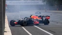 Ketika sedang melaju di trek lurus utama pada lap ke-49, ban mobil Verstappen yang kiri meledak. Akibatnya, mobilnya berputar dan membentuk pagar pembatas lintasan. (Foto: AFP/Natalia Kolesnikova)