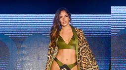 Model berjalan mengenakan baju renang Diosa Mar oleh Planet Fashion selama Miami Swim Week 2019 di Miami Beach, Florida (11/7/2019). Miami Swim Week diadakan selama seminggu menghadirkan model-model seksi mengenakan baju renang di atas catwalk. (AFP Photo/Frazer Harrison)