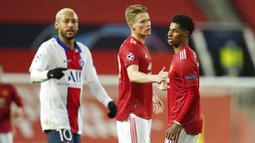 Pemain Manchester United, Marcus Rashford, tampak kecewa usai ditaklukkan Paris Saint Germain (PSG) pada laga Liga Champions di Stadion Old Trafford, Kamis (3/12/2020). MU menyerah dengan skor 1-3. (AP/Dave Thompson)