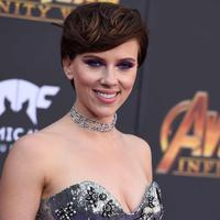 Scarlett Johansson berpose saat menghadiri pemutaran perdana film 'Avengers: Infinity War' di Los Angeles, California (23/4). Aktris 33 tahun ini hadir bersama pacarnya aktor Colin Jost. (AP Photo/Jordan Strauss)