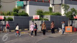 Sejumlah calon penumpang menunggu di luar Terminal Blok M Jakarta, Selasa (22/3/2015).Terminal Blok M terlihat lebih sepi akibat isu sejumlah aksi persatuan pengemudi angkutan darat yang menolak angkutan berbasis on-line. (Liputan6.com/Helmi Fithriansyah)