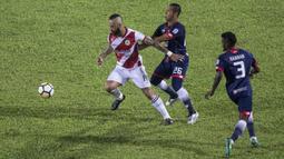 Striker Kuala Lumpur FA, Guilherme, berusaha melewati gelandang Selangor FA, Mohd Fairuz, pada laga Liga Super Malaysia di Stadion Kuala Lumpur, Cheras, Minggu (4/2/2018). Kuala Lumpur FA kalah 0-2 dari Selangor FA. (Bola.com/Vitalis Yogi Trisna)