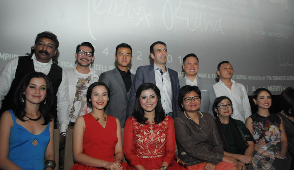 Para pemain dan produser Manoj Punjabi di gala premier film Merry Riana, Jakarta, Senin (22/12/2014). (Liputan6.com/Herman Zakharia)