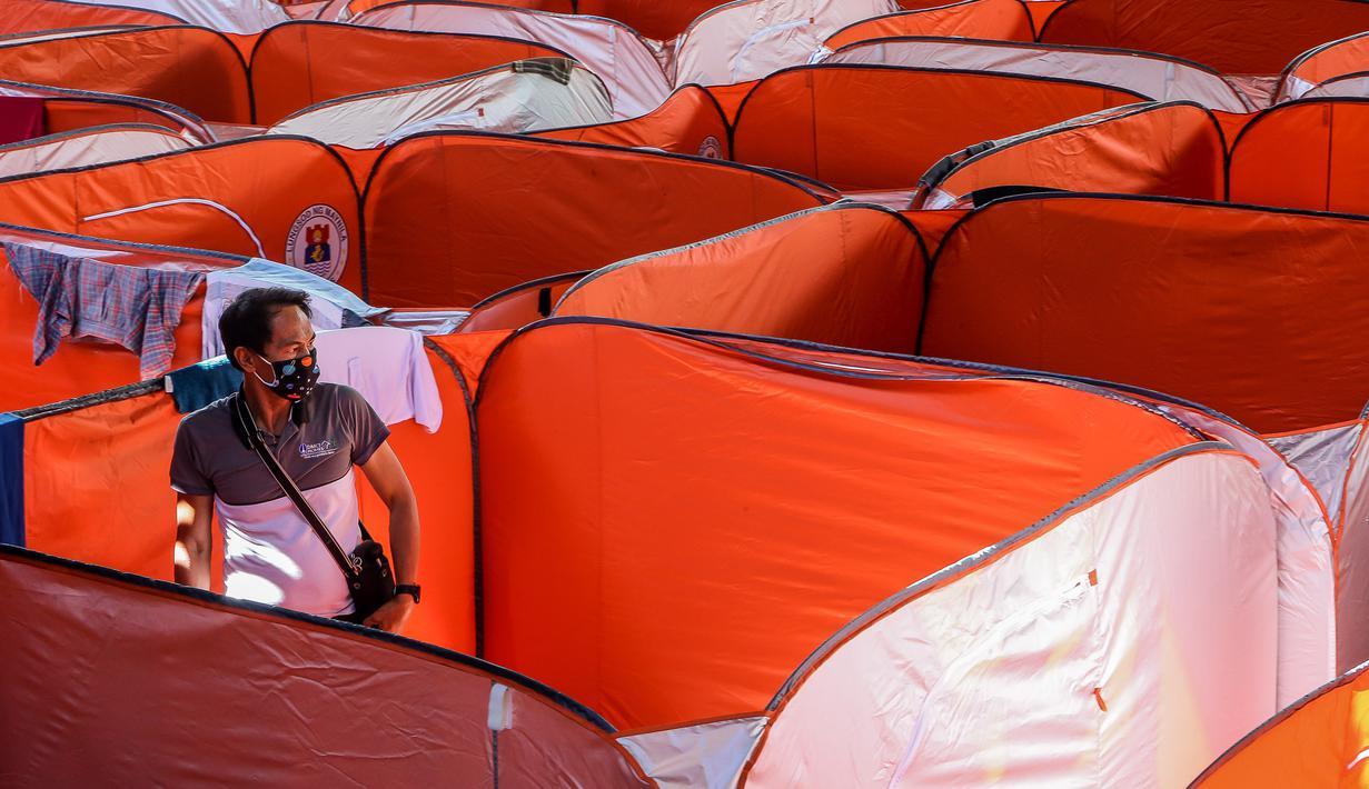 Seorang pria terlihat di sebuah tenda Modular bagi kaum tunawisma guna menghentikan penyebaran COVID-19 di sebuah lapangan basket beratap di Manila, 23 Maret 2020. Jumlah kasus infeksi virus corona meningkat menjadi 501, menurut Otoritas kesehatan Filipina, pada Selasa (24/3). (Xinhua/Rouelle Umali)