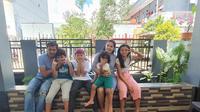 Bek Persipura Jayapura, Ricardo Salampessy, bersama keluarganya. (Bola.com/Permana Kusumadijaya)