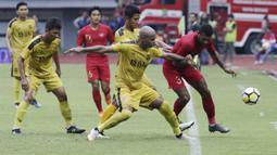 Striker Timnas Indonesia U-22, Marinus Wanewar, mengontrol bola saat melawan Bhayangkara FC pada laga uji coba di Stadion Patriot, Bekasi, Rabu (6/2). Keduanya bermain imbang 2-2. (Bola.com/Yoppy Renato)