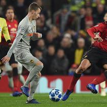 Aksi gelandang Man United, Marouane Fellaini saat dikawal oleh dua pemain Young Boys pada laga lanjutan liga champions yang berlangsung di stadion Old Trafford, Rabu (28/11). Manchester United sukses menang 1-0 atas Young Boys. (AFP/Oli Scarff)