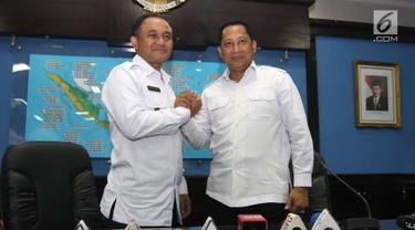 Kepala BNN Irjen Pol Heru Winarko (kiri) bersalaman dengan mantan kepala BNN Komjen Pol Budi Waseso atau Buwas saat acara Kenal Pamit di Gedung BNN, Cawang, Jakarta, Senin (5/3). Heru menggantikan Buwas yang pensiun. (Liputan6.com/Arya Manggala)