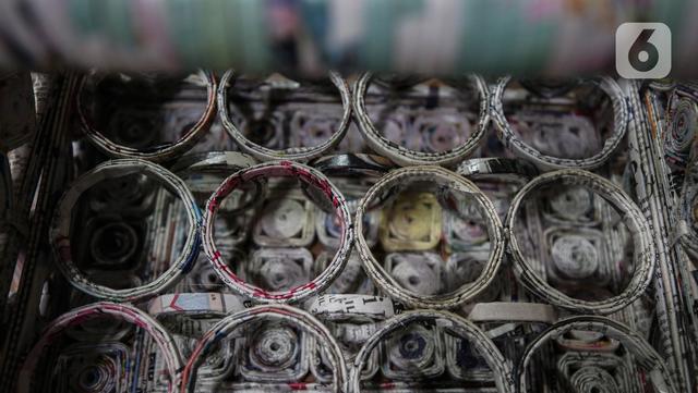 Sebuah miniatur dari kertas koran bekas buatan Sugito (68) di Bank Sampah Tri Alam Lestari, Jakarta Selatan, Rabu (9/6/2021). Sugito mengatakan usaha memanfaatkan kertas bekas menjadi berbagai kerajinan bernilai ekonomi ditekuninya sejak 2014. (Liputan6.com/Johan Tallo)
