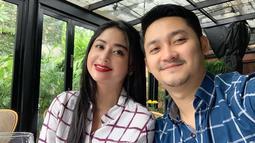 Selalu tampil mesra, Dewi Perssik dan Angga Wijaya berhasil membuat para netizen iri. Keduanya juga kerap memakai baju couple, kali ini pasangan tersebut memakai busana dengan motif yang sama. (Liputan6.com/IG/@anggawijaya88)
