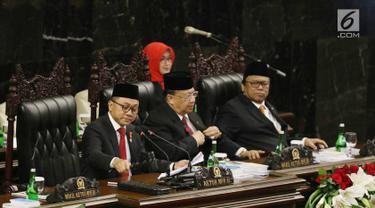 Ketua MPR Zulkifli Hasansaat mengetuk palu dalam Sidang Tahunan MPR RI Tahun 2017 di Gedung Parlemen Senayan, Jakarta, Rabu (16/08). (Liputan6.com/Johan Tallo)