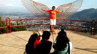 Wisatawan berfoto di Wana Wisata Gunung Banyak, Kota Batu, Jawa Timur. Puluhan ribu pelancong mulai memadati berbagai tempat wisata di kota ini (Liputan6.com/Zainul Arifin)