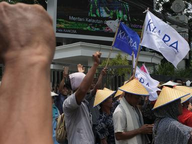 Massa Koalisi Rakyat untuk Keadilan Perikanan (KIARA) berunjuk rasa di depan Gedung Kementerian Kelautan dan Perikanan, Jakarta, Rabu (17/10). Mereka menuntut tidak ada lagi perampasan ruang hidup masyarakat pesisir Indonesia. (Merdeka.com/Imam Buhori)