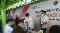 Menteri Perhubungan Budi Karya Sumadi meninjau pelaksanaan vaksinasi untuk petugas layanan transportasi di Stasiun Gambir, Jakarta, Jumat (19/3/2021) (dok: Athika)