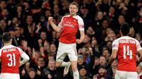 Gelandang Arsenal, Aaron Ramsey berselebrasi setelah mencetak gol ke gawang Napoli pada leg pertama perempat final Liga Eropa di Stadion Emirates, Kamis (11/4). Arsenal mendekatkan diri ke semifinal setelah berhasil mengalahkan Napoli 2-0. (AP/Kirsty Wigg
