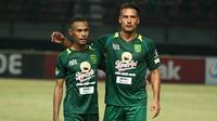 Ruben Sanadi (kiri) dan Raphael Maitimo disatukan Persebaya. (Bola.com/Aditya Wany)