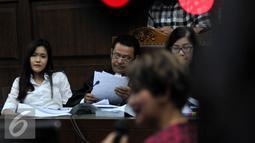 Jessica Kumala Wongso menyimak keterangan dari saksi ahli psikologi klinis Antonia Ratih Handayani di sidang lanjutan pembunuhan Mirna Salihin di PN Jakarta Pusat, Senin (15/8). (Liputan6.com/Johan Tallo)