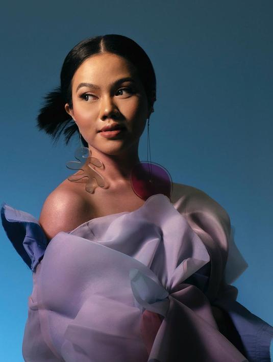 "Yura Yunita kembali melahirkan karya terbarunya berupa single bertajuk ""Mulai Langkahmu."" Hal tersebut menjadi bukti kalau Yura semakin sukses berkarier di industri musik. Namun terlepas dari kesuksesannya, Yura pun pernah berada di titik terendahnya. (Instagram/yurayunita)"