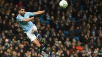 Gelandang Manchester City, Riyad Mahrez menendang bola saat melawan Burton Albion pada laga leg pertama semifinal Piala Liga Inggris di Stadion Etihad, Kamis (10/1). Manchester City menang telak atas Burton Albion dengan skor 9-0. (Paul ELLIS/AFP)