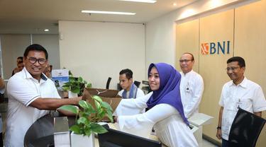 Direktur Bisnis Kecil dan Jaringan BNI Catur Budi Harto saat berkunjung ke kantor cabang BNI. (Dok BNI)