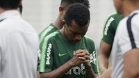 Pemain Timnas Indonesia U-22, Todd Rivaldo, berdoa sebelum memulai internal games di Stadion Madya, Jakarta, Sabtu (19/1). Latihan ini merupakan persiapan jelang Piala AFF U-22. (Bola.com/Yoppy Renato)