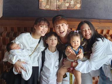 Lee dan Moa sebenarnya ingin anak bungsu mereka ini lahir pada tanggal 7 Juli pukul 07.07 WIB. Sayangnya si baby maunya keluar dulu. Jadinya ia pun punya tanggal lahir sama seperti sang kakak, Kimora. (Liputan6.com/IG/@leejeonghoon).