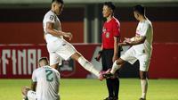 Pemain PS Sleman, Mohammad Bagus Nirwanto (kanan) dan Fabiano Beltrame melakukan protes terhadap wasit saat melawan Persib Bandung dalam laga leg pertama semifinal Piala Menpora 2021 di Stadion Maguwoharjo, Sleman, Jumat (16/4/2021). PS Sleman kalah 1-2 d