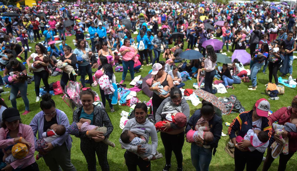 Ratusan wanita menyusui anaknya saat mengikuti Pekan Menyusui Dunia di taman Los Novios, Bogota, Kolombia, (3/8). Pekan Menyusui Sedunia (World Breastfeeding Week) diadakan setiap tahun dari tanggal 1 sampai 7 Agustus. (AFP Photo/Raul Arboleda)